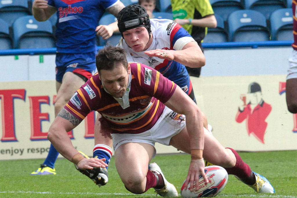 Giants_v_Saints_(h)_cup-tie_2014_Lunt_scores_his_second_try.jpg